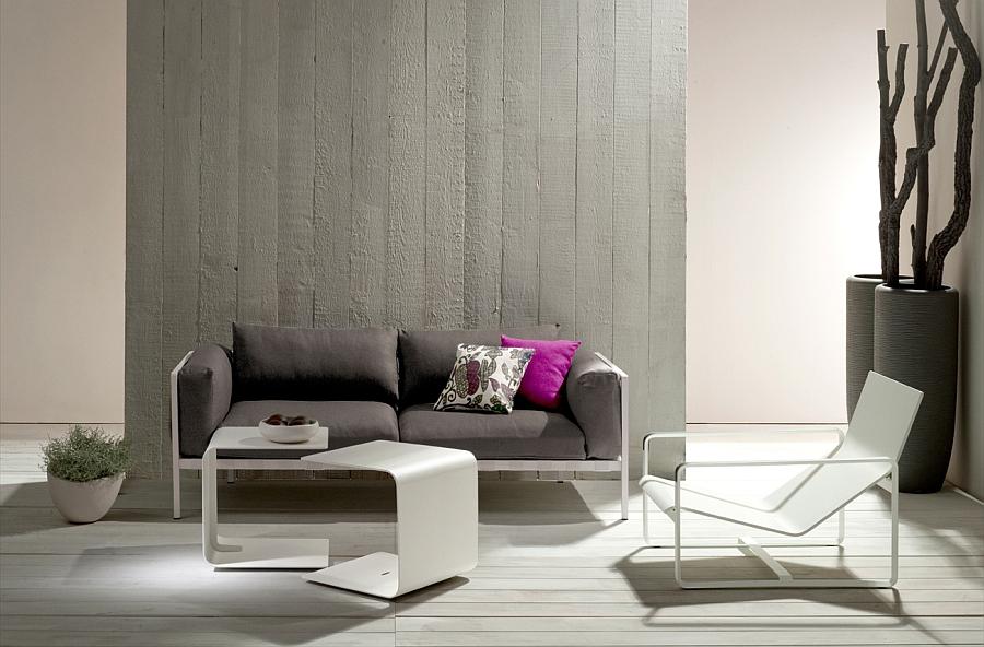 Креативный диван, столы и кресло в гостиной