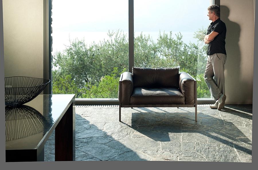 Кожаное кресло у стеклянной стены