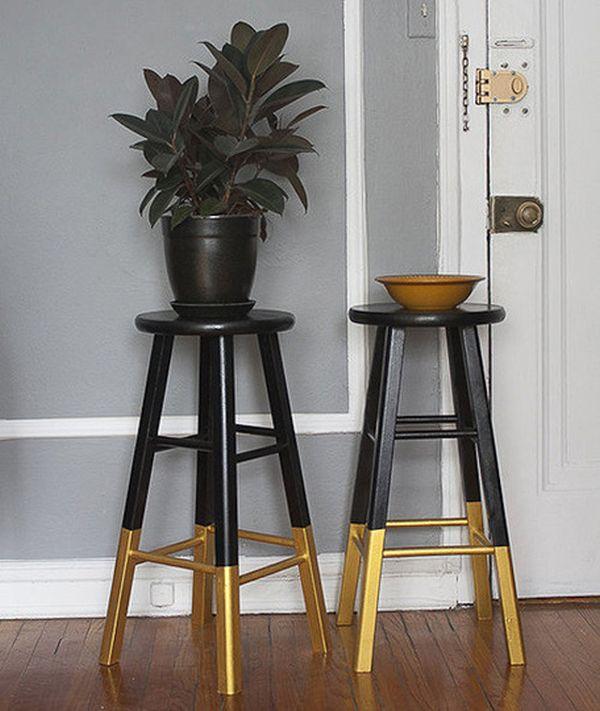 Черные барные стулья с позолоченными ножками