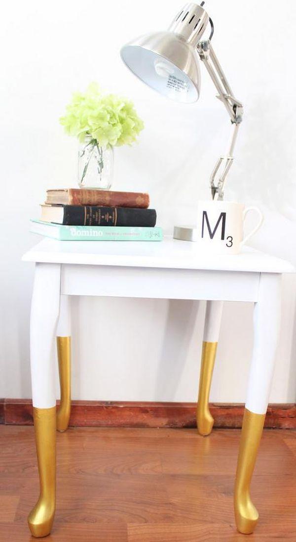 Золотисто-белый деревянный столик