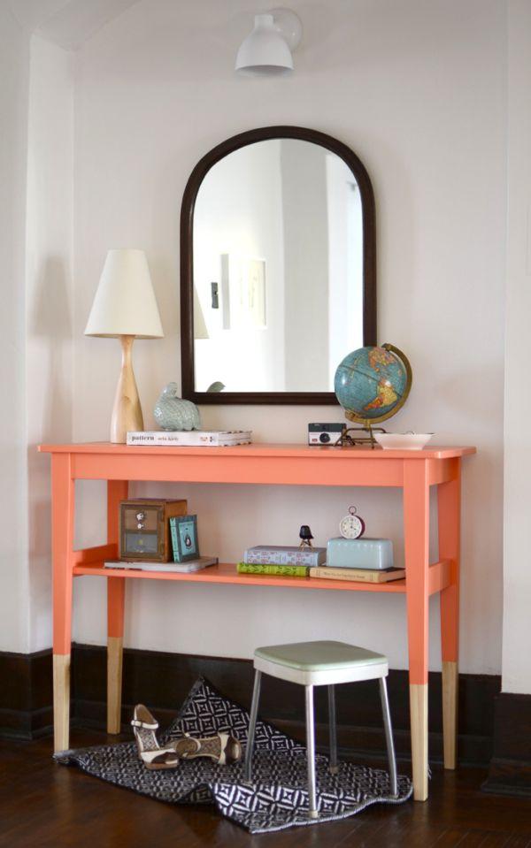 Бело-розовый столик в прихожей