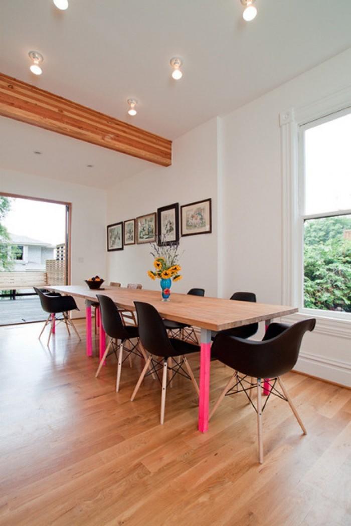 Деревянный обеденный стол с серо-розовыми ножками