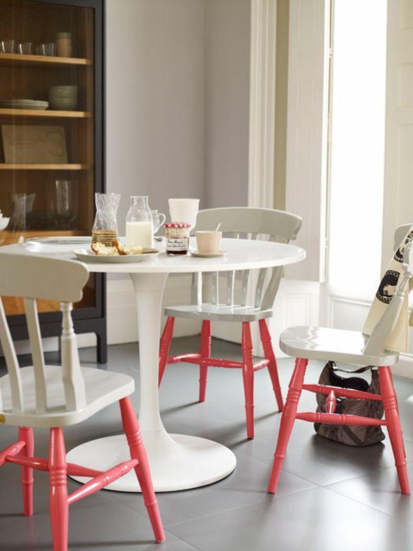 Белоснежные стулья с розовыми ножками на кухне