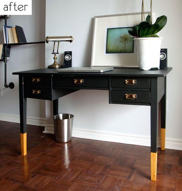 Черный письменный стол с позолоченными ножками