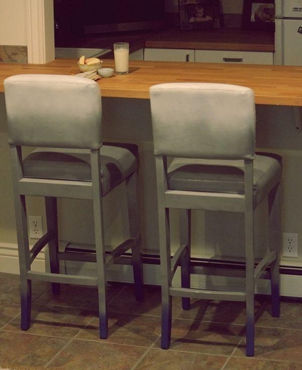 Барные серые стулья в интерьере
