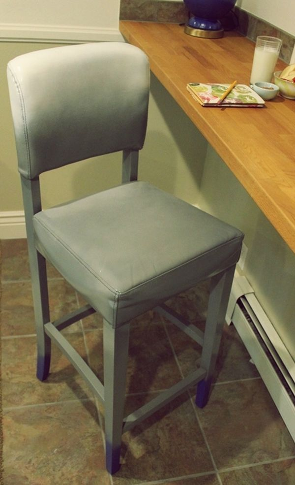Серый стул у стола в интерьере