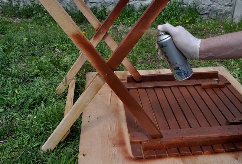 Renovación de muebles con pintura en aerosol.