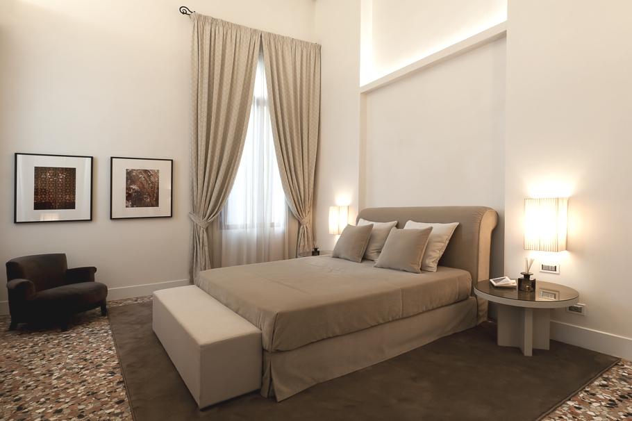 Яркие шторы в дизайне интерьера помещения