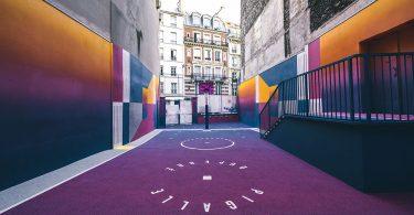Парижская спортивная площадка в красивой цветовой схеме