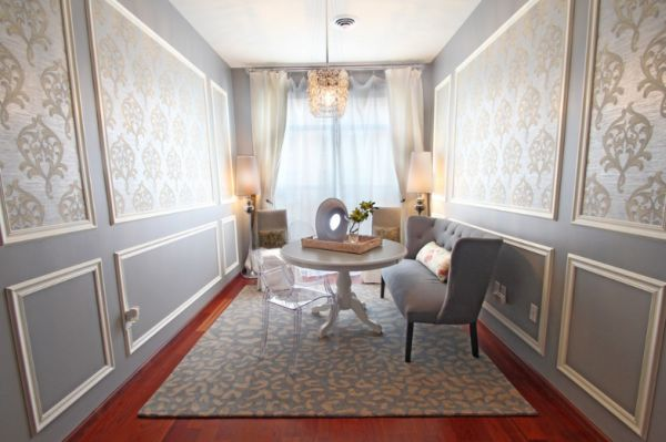 Красивый стол и стулья в интерьере