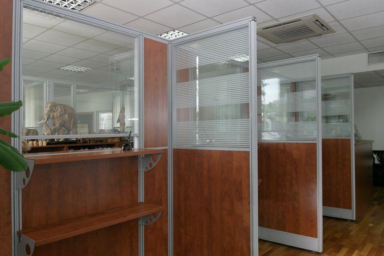 Деревянная основа перегородки в офисе