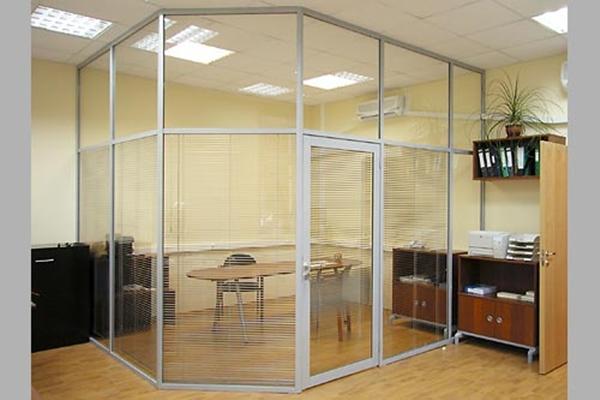 Стеклянная перегородка комнатки для переговоров