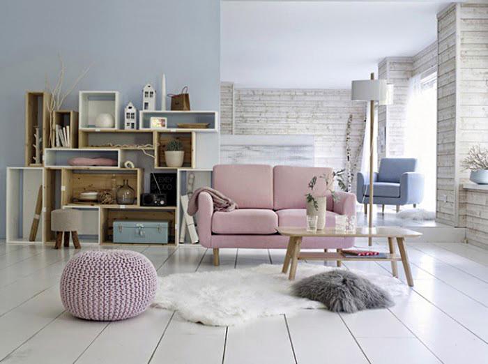 Розовый диван и плетеный пуфик в интерьере