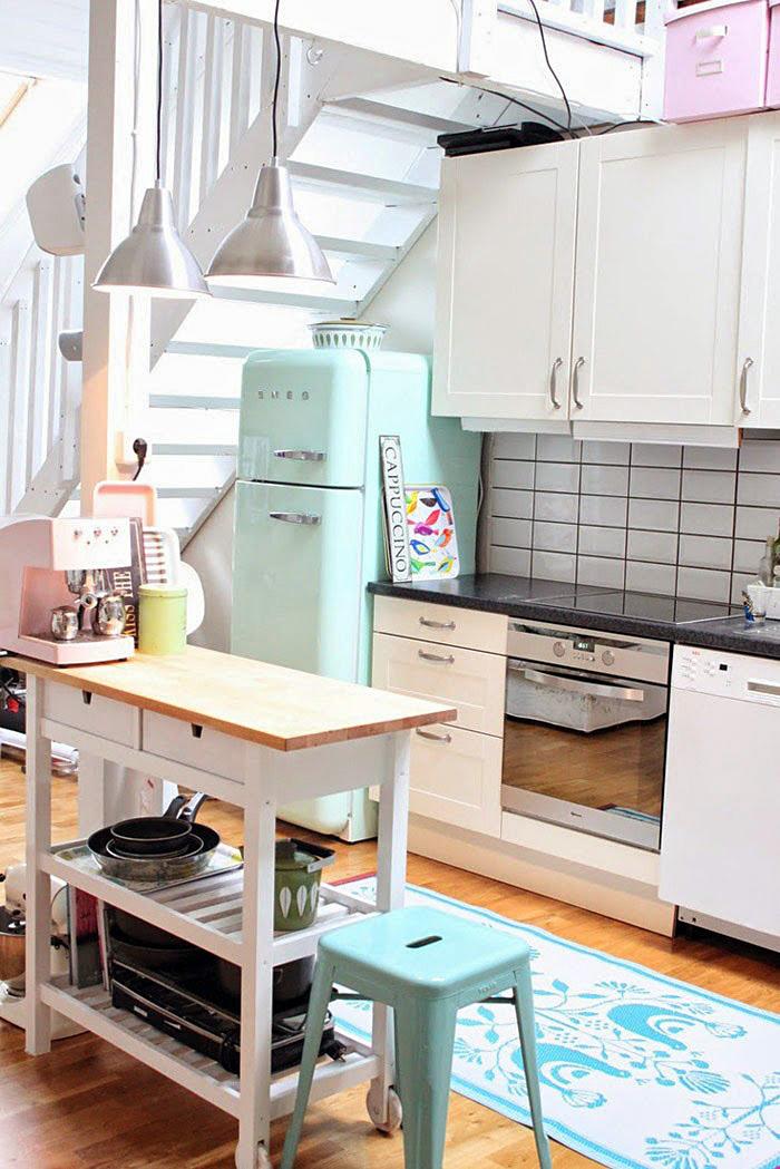 Бирюзовый цвет холодильника в интерьере
