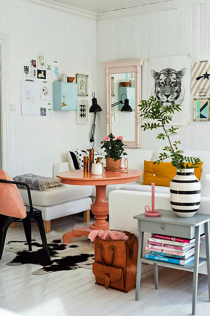 Оранжевый круглый столик в интерьере