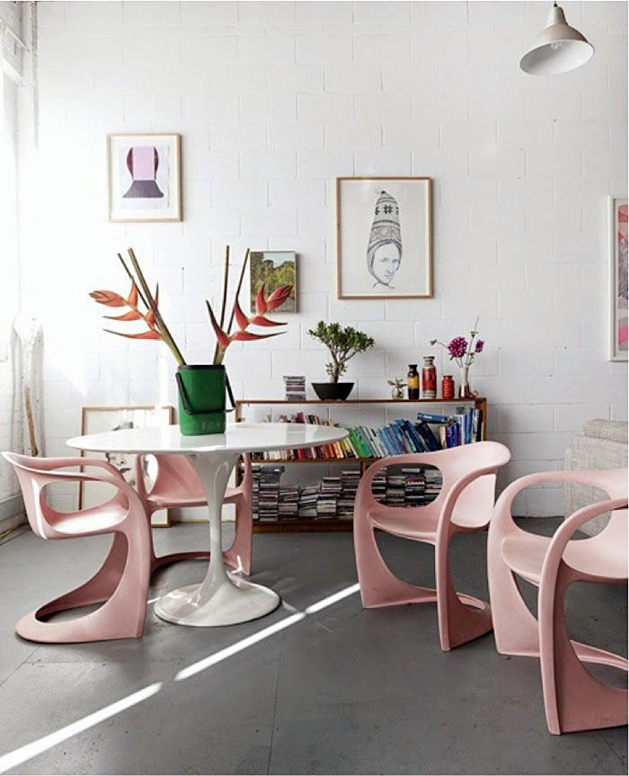 Розовые фигурные стулья в интерьере