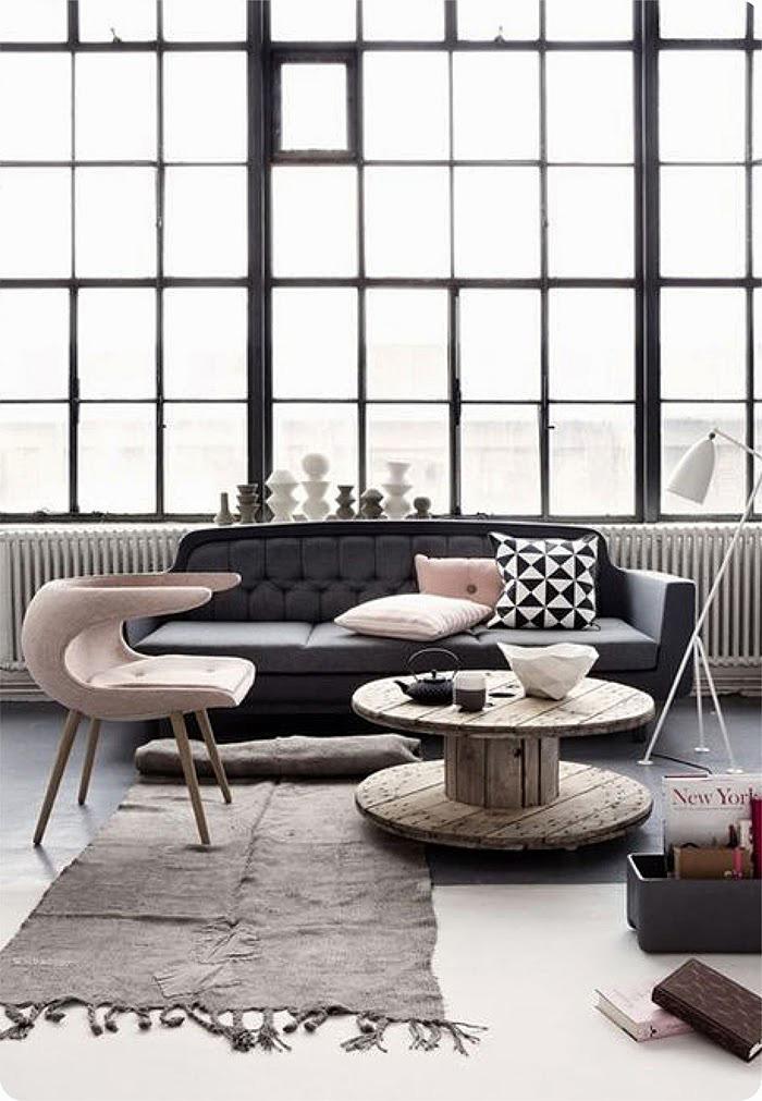 Темный диван и яркое кресло в интерьере