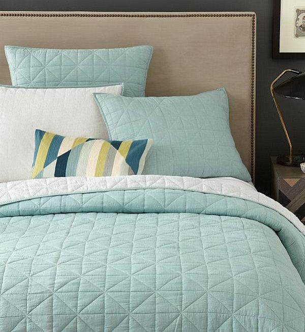 Декоративные подушки в пастельных тонах на кровати
