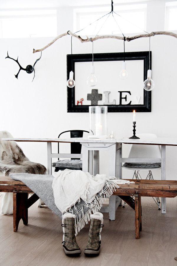 Подвесные лампочки на ветке в гостиной
