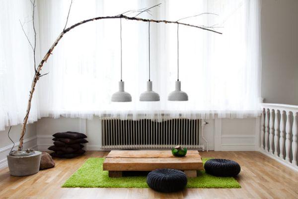 Подвесные светильники на ветке в гостиной