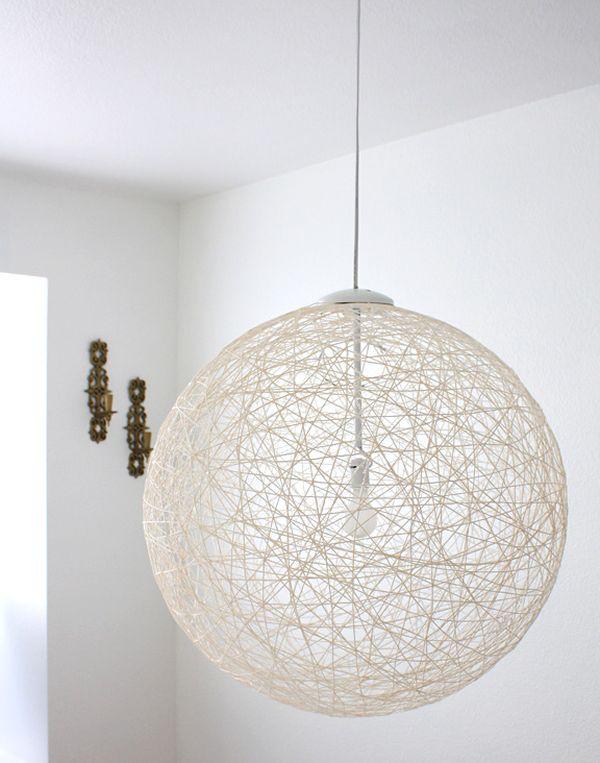 Шарообразный подвесной светильник из ниток
