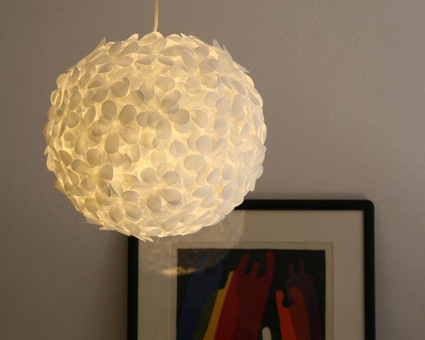 Подвечной светильник из лепестков белой бумаги