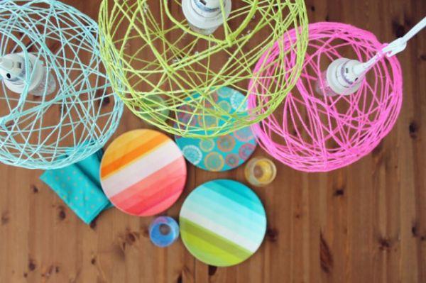 Подвесные светильники из разноцветной пряжи