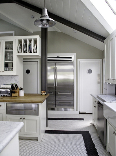Маятниковая дверь в интерьере кухни