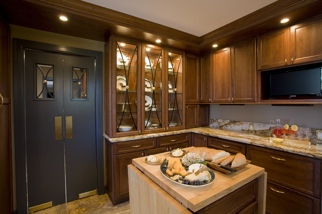 Маятниковая дверь двупольная в интерьере кухни