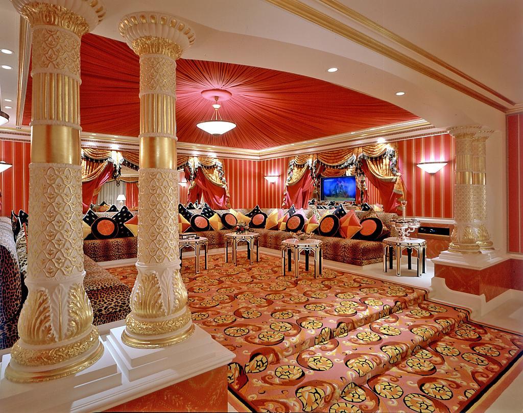 Яркие ковры в интерьере холла