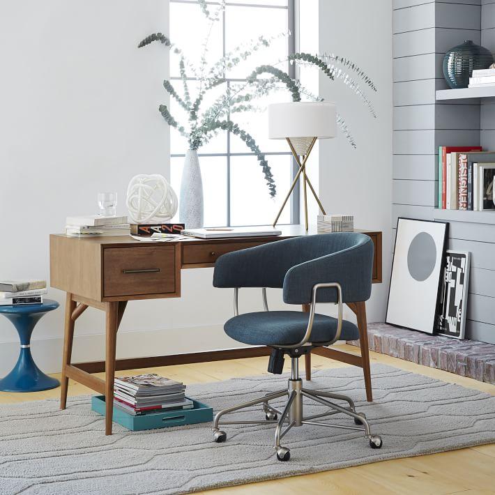 Рабочий стол со стулом в офисе