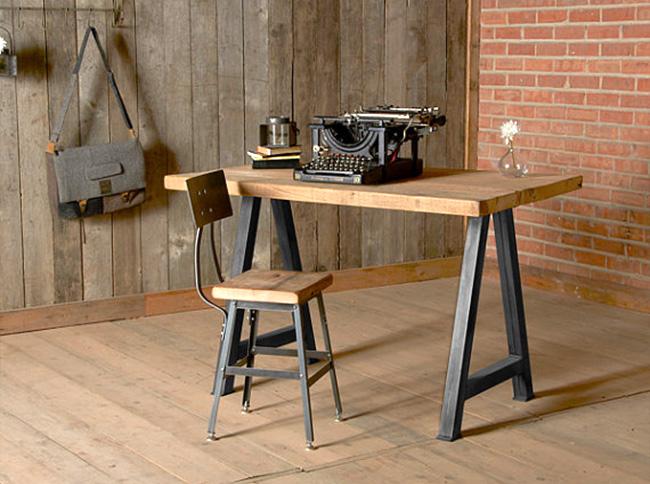Деревянный рабочий стол и стул