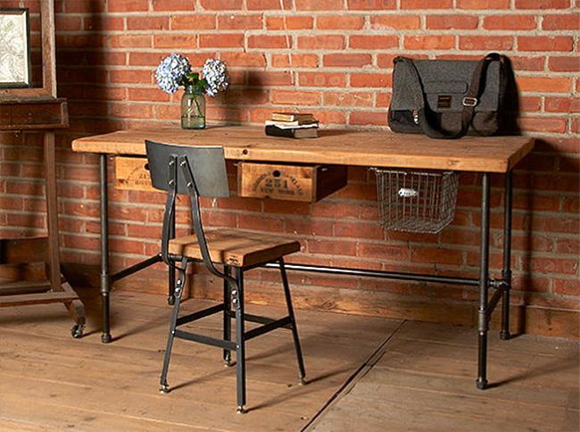 Деревянный стол и стул с металлическими ножками