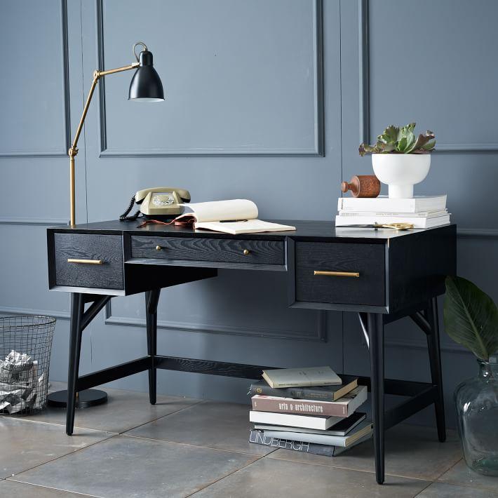 Черный рабочий стол в интерьере