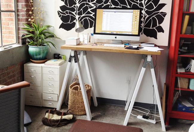 Стол с компьютером для работы стоя