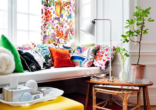 Восхитительные декоративные подушки на диване в интерьере