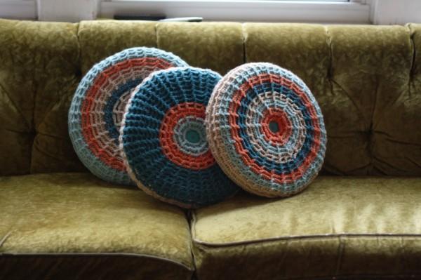 Красивые декоративные подушки на диване в интерьере