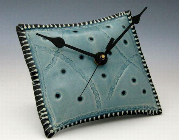 Необычные керамические часы-подушка