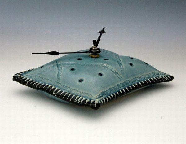 Восхитительные керамические часы-подушка
