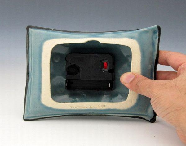 Керамические часы-подушка: обратная сторона с механизмом
