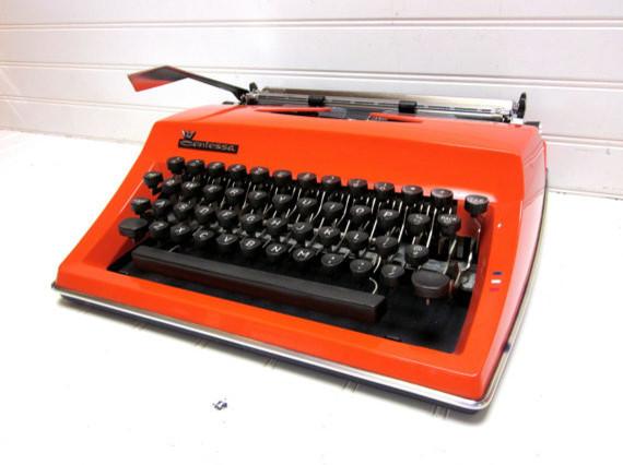 Красивая старинная печатная машинка в современном интерьере