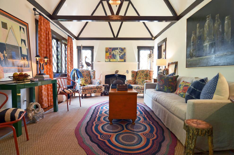 Фото яркого плетеного коврика со старинным узором в интерьере эклектичной гостиной