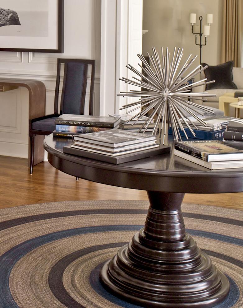 Фото деревянного стола с необычной ножкой и плетеного коврика приглушенного цвета