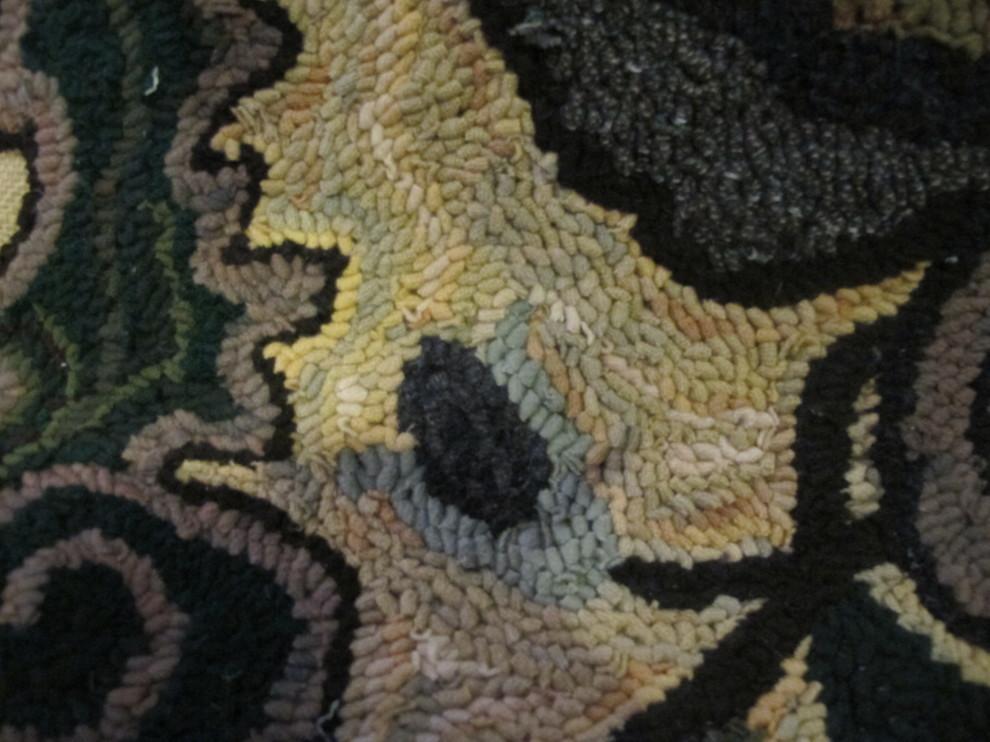 Фото плетеного коврика, который вышивался с помощью простых крючков