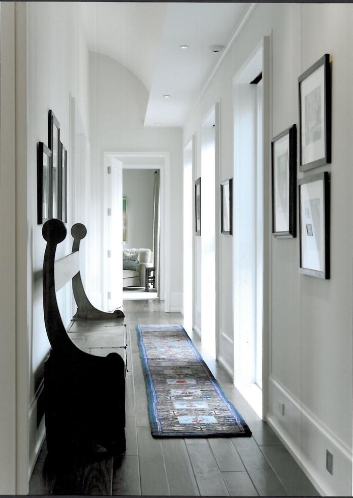 Фото плетеного коврика в интерьере белой прихожей