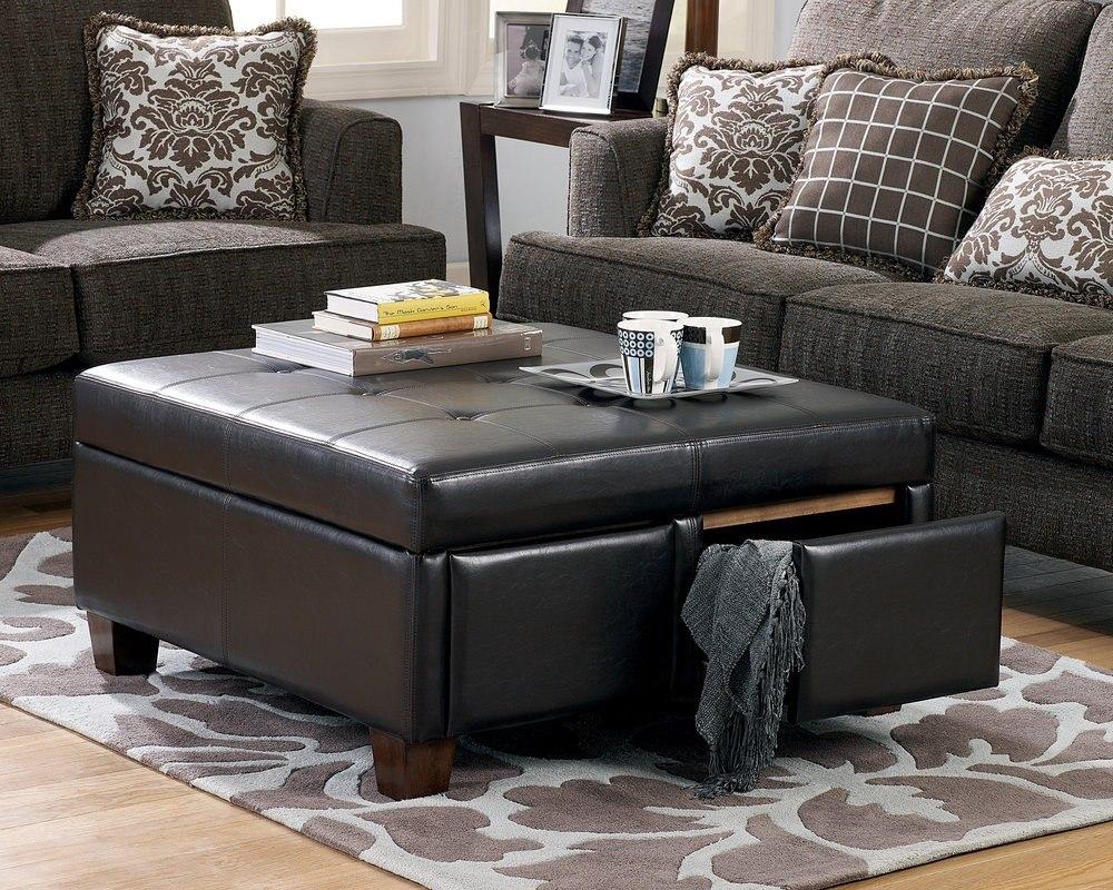 Оригинальное сочетание кожаного пуфика с тканевыми диванами
