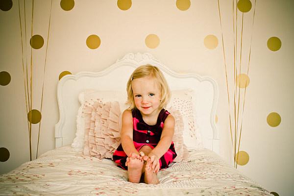 Девочка на детской кроватке