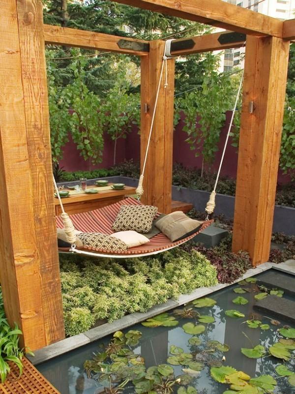 Подвесная кровать в саду
