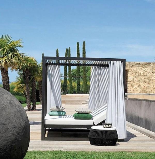 Кровать с балдахином на террасе