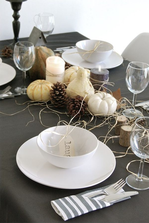 Белые тыквы и шишки на столе